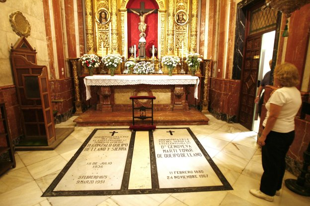 Una mujer observa la tumba de Queipo de Llano y su mujer en la Macarena. :: Millan Herce