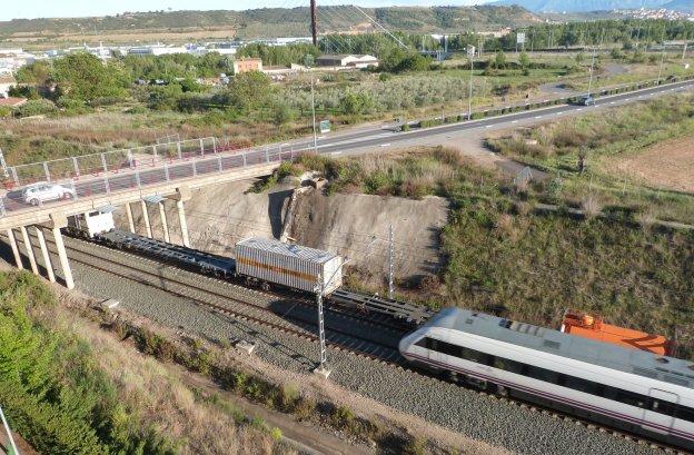 Vagones de tren parados junto al barrio de Los Lirios. ::