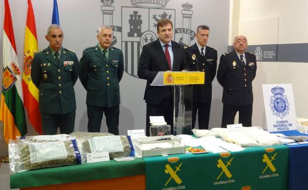 El delegado del Gobierno, Alberto Bretón, con mandos de la Guardia Civil y la Policía Nacional