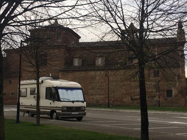 Autocaravanas aparcadas ayer en Calahorra. :: PSOE/