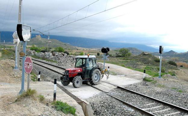 Imagen de archivo de un paso a nivel sin barreras en San Asensio. /José Ignacio Gasco