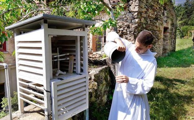 El padre Andrea Bersanettien la estación instalada en el Monasterio de Valvanera. /