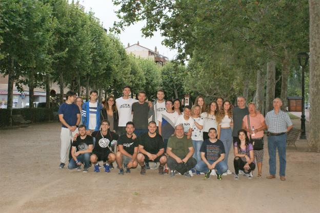 Los miembros de la orquesta, en el paseo najerino de San Julián poco antes de emprender viaje. :: F. D.