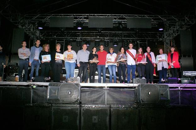 Premiados de los dos concursos y las autoridades locales. :: F. D.