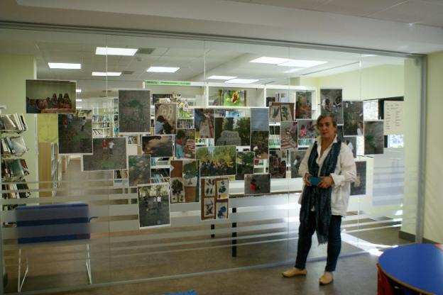Ana Valdivielso, ante parte de la exposición. :: F. D.