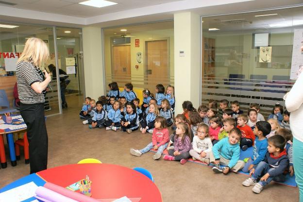 Azucena Reinares, en una de las actividades con escolares. / Félix Domínguez