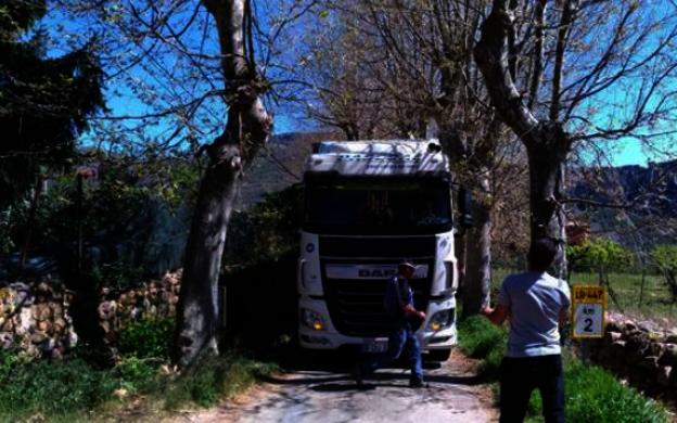 Abril de 2017: un camión portugués que iba a Cantabria acaba atascado en... Nestares