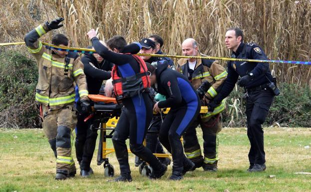 Agentes y bomberos sacan al hombre del agua. /Miguel Herreros