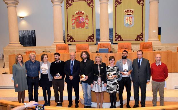 Premiados y autoridades, este martes en el hemiciclo autonómico tras la entrega de premios.